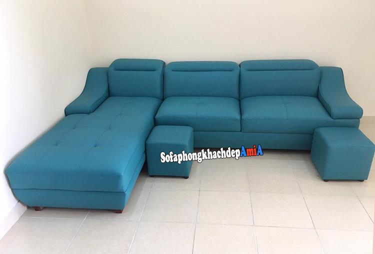 Hình ảnh Ghế sofa da phòng khách màu xanh cô ban tạo điểm nhấn cho căn phòng