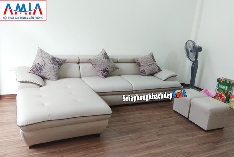 Hình ảnh Ghế sofa da cho phòng khách đẹp nhà phố kết hợp 2 đôn nhỏ