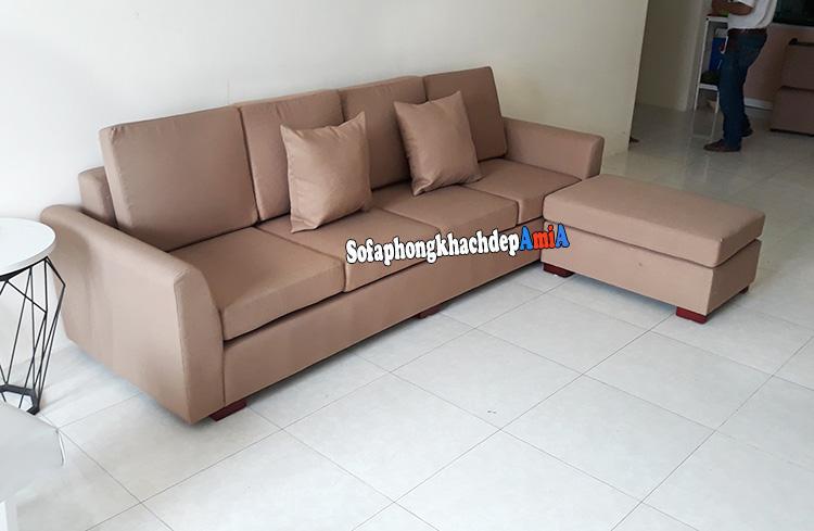 Hình ảnh Ghế sofa nhỏ dạng văng kèm đôn lớn cho phòng khách nhỏ bài trí sát tường