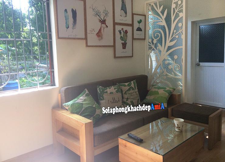 Hình ảnh Sofa gỗ nhỏ gọn phòng khách đẹp được tích hợp phần nệm mút êm ái