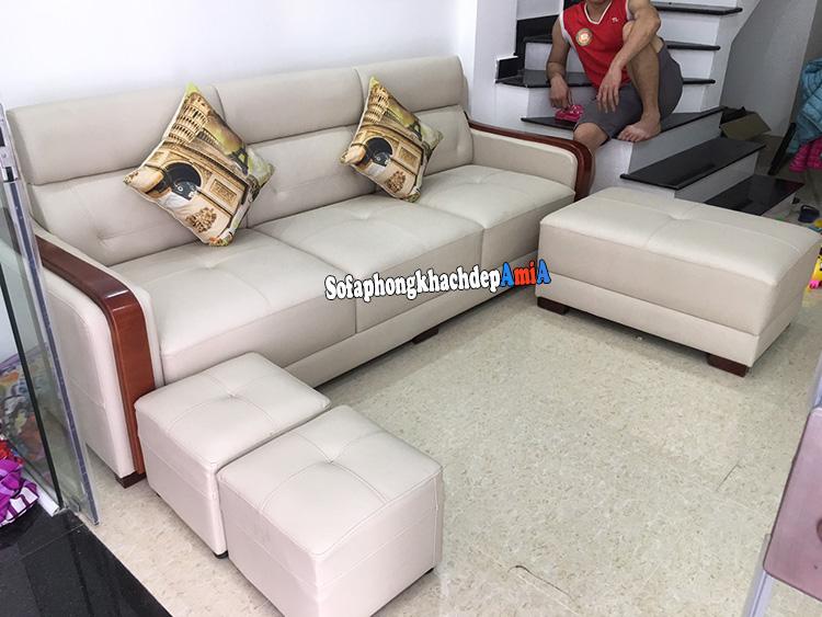 Hình ảnh Sofa nhỏ gọn kê phòng khách nhà phố tầng 1 có cầu thang thiết kế dạng văng da đẹp hiện đại